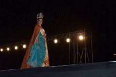 La flamante reina provincial de la Miel, Cinthia Victoria Flekenstein en la pasarela durante la fiesta del Meteorito en Gancedo.