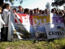 Los chicos que participan de las charlas educativas llevan la bandera de RE-DU-C�.