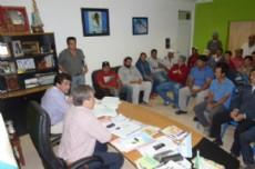 Nievas recibi� a ladrilleros en el Municipio de Castelli para comunicarles buenas noticias.
