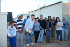 Peppo junto a los beneficiarios de las viviendas en el barrio Gran Toba.