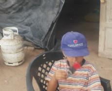 Uno de los ni�os que vive en la casilla de la Fidelidad, con la gorra que le regal� el senador Aguilar en su visita.