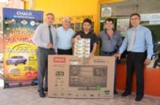 Los ganadores de los premios junto a autoridades de Loter�a Chaque�a.