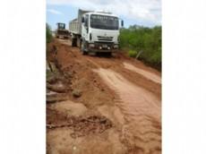 Los camiones de vialidad provincial trabajando para recomponer las comunicaciones tras el temporal de lluvias en la zona.