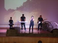 Ivana y su grupo en el escenario mostrando su m�sica.