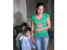 Adela Adriana Romano, esposa de Peralta con los ni�os tras el desalojo.