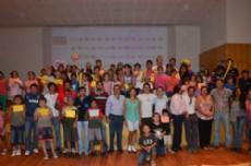 Los chicos que formaron parte de la colonia de vacaciones junto al intendente municipal, tras recibir los certificados.