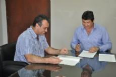 Verbeek y Capitanich durante la firma del convenio por las obras que se realizaran en la localidad del hermano de jefe de Ministros.