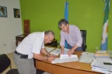 Nievas y S�nchez durante la firma del convenio, en el despacho del intendente.