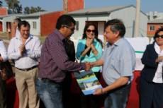 Domingo Peppo, durante la entrega de viviendas a judiciales en Villa �ngela.