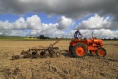 Tractor con arado (Imagen ilustrativa).
