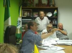 El intendente Nievas junto a productores en la municipalidad para hablar sobre la situaci�n h�drica.