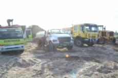 Maquinarias trabajando en el lugar para combatir el incendio.
